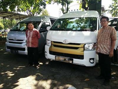 Dua Supir BRI City Tour Menggunakan Armada HIACE 3 Unit Adi Rental Mobil