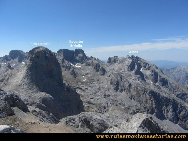 Ruta Peña Castil y Cueva del Hielo: Vista desde Peña Castil del Pico Urriellu