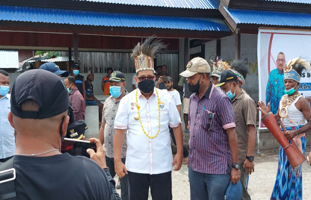Muhammad Musa'ad Disambut Masyarakat dan Prosesi Adat Waropen di Dermaga Kali Sanggei Urei Faisei
