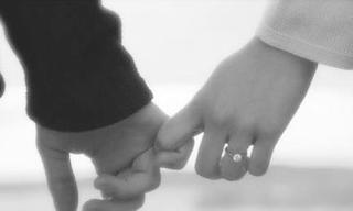 Como seu parceiro segura sua mão revela o tipo de relacionamento