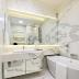 Banheiro branco e cinza com revestimento marmorizado e banheira de imersão!