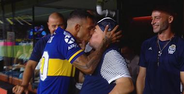 Tevez beija Diego Maradona como sinal de boa sorte e marca gol do título do Boca Juniors