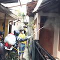 Warga Gotong Royong, Tim Disinfektan Jurnalis Bela Negara (JBN) Semangat Semprot Pemukiman RW.08 Kelurahan Sukabungah