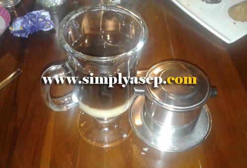 VIETNAM DRIP COFFEE :  Serasa kopi karamel karena sensasi di dalamnya dan susu kental manisnya juga sedap, inilah Vietnam Drip Coffee. Foto Asep Haryono