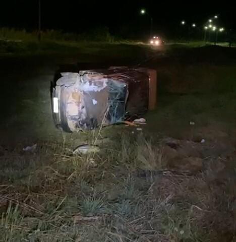 Motorista perde controle de caminhonete após ser fechado por caminhão