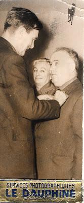 Remise des Palmes Académiques à Marcel Messeau par le Docteur Mazuet, maire de Montceau,  sous le regard attentif de Suzanne