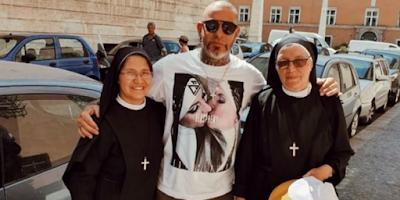 imagem do jurado do master chef ao lado de freiras