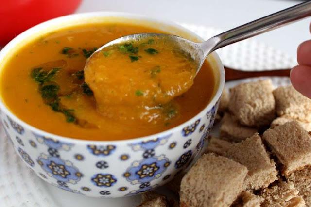 Sopa cremosa de cenoura com gengibre muito fácil de fazer