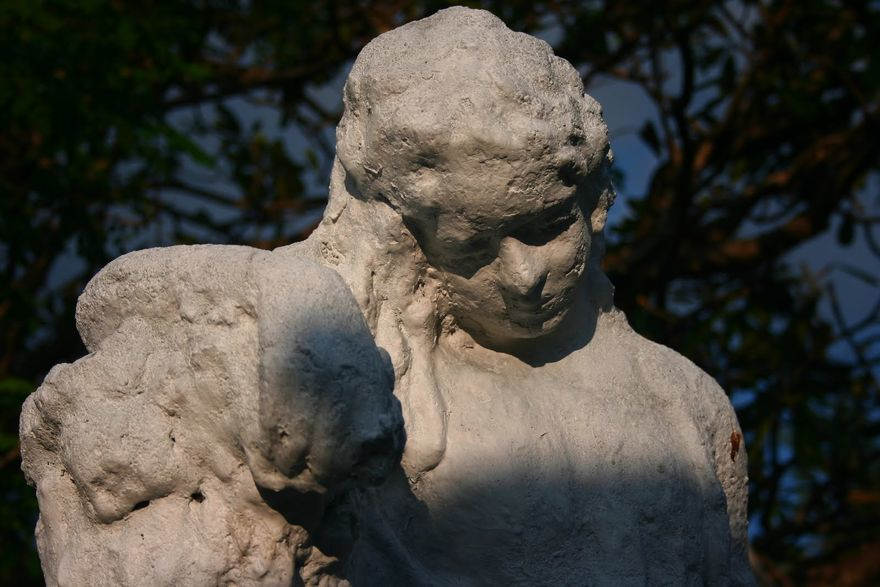 A statue of a weeping angel in La Loma Cemetery