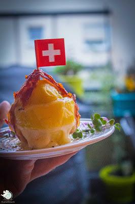 gebackene Kartoffel mit cremigem Käse und krossem Schinken
