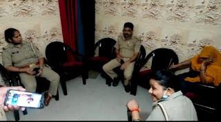 आधुनिक उपकरण से नकल करती महिला गिरफ्तार    #NayaSaberaNetwork