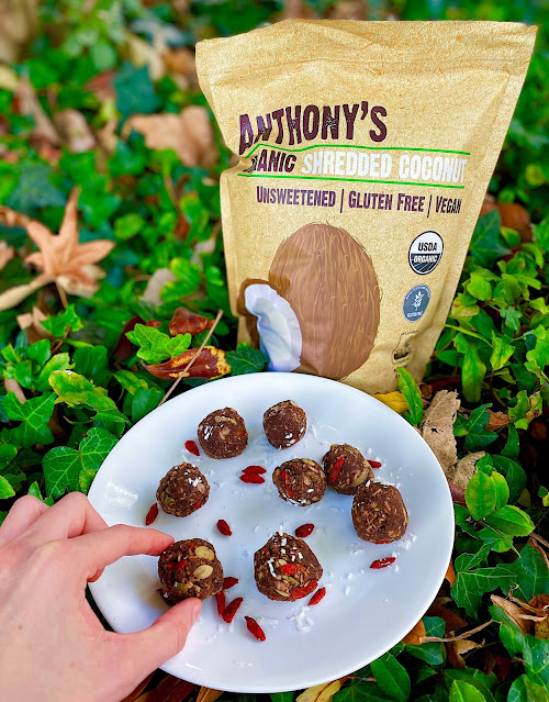 Looking for a #glutenfree, #vegan and #healthy snack that tastes like dessert? Try out these easy no-bake coconut chocolate energy balls!