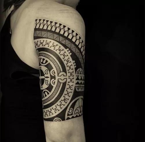 tatuaje símbolos de humanos