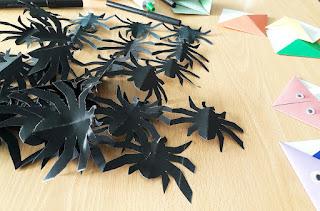 Aranhas pretas feitas em cartolina