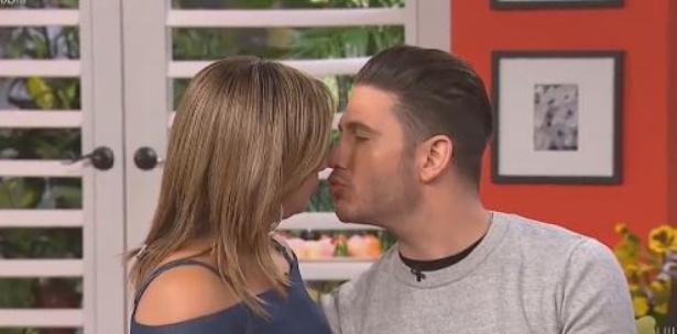 Adamari López se besa con el chef James en vivo