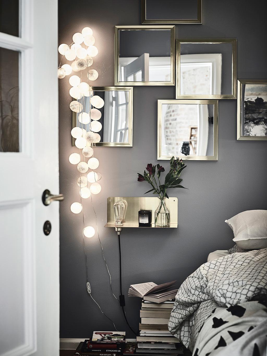 guirnalda de luces, dormitorio estilo nordico, bolas de hilo, espejos, pared gris, estilo nordico, decoracion nordica, estilo escandinavo, interiorismo, barcelona, alquimia deco,