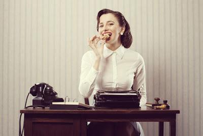 Сытым работать лучше: чем полезен перекус на работе?