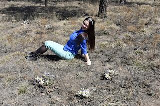 Девушка в лесу я подснежниками