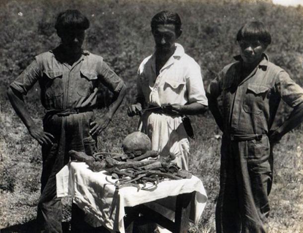 Orlando Villas Boas con due indiani Kalapalo con le presunte ossa del colonnello Fawcett. 1952