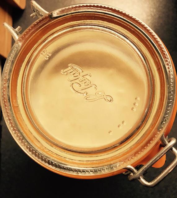 Det første du må skaffe deg er et stort oppbevaringsglass. Helst 2 liter eller større, slik at du kan lage en stor porsjon. Ett hett tips er å se hva du finner på loppis!