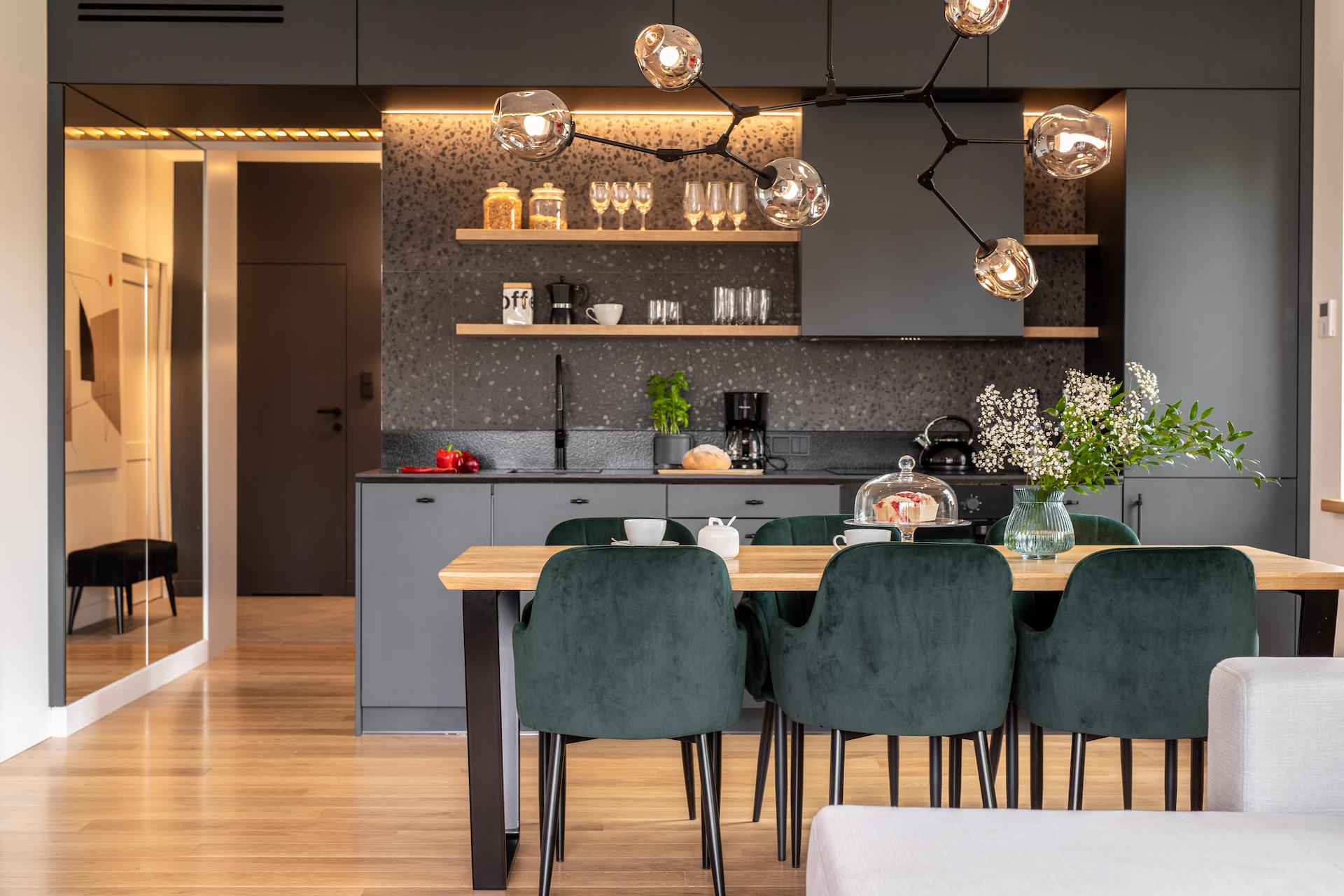 lampy sufitowe - duży żyrandol o organicznym kształcie