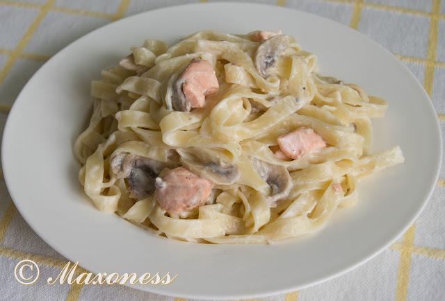 Тальятелле с лососем в соусе из сыра с голубой плесенью