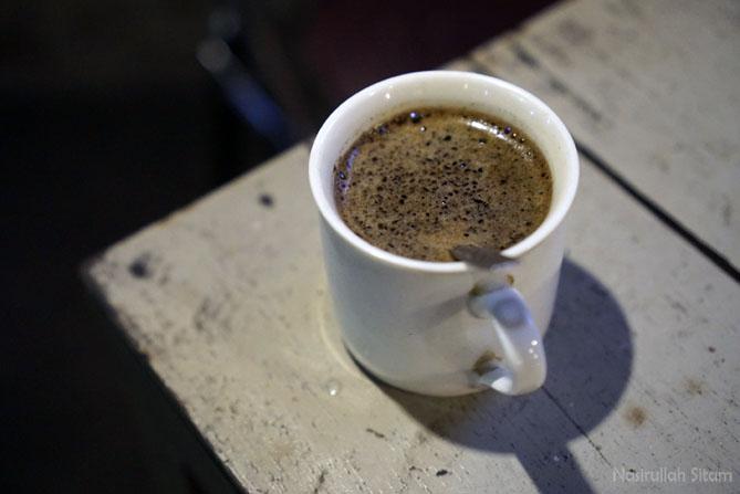 Segelas kopi tubruk di Omah Kopi Sedulur Jogja