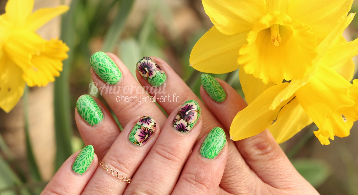nail-art-reverse-stamping-fleurs-hibiscus-one-stroke-ongle-amor