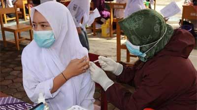 vaksinasi massal untuk pelajar dan masyarakat Padang Pariaman di SMAN 1 Batang Anai