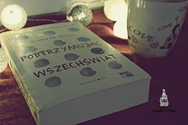 """Przejmująca, pełna prawdy historia o poszukiwaniu akceptacji i miłości – recenzja książki #264 – Jennifer Niven """"Podtrzymując wszechświat"""""""