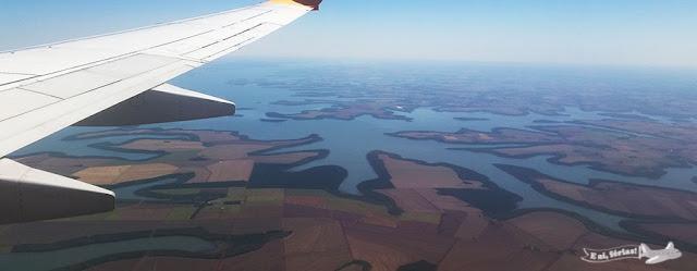 sobrevoando o lago artificial da usina de Itaipu