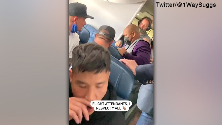 مضيفة طيران دلتا تتعامل مع الخاطف المحتمل وتقوم بربط معصميه.. فيديو