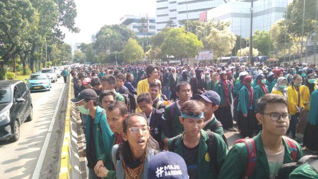 Ribuan Mahasiswa Aliansi BEM SI Geruduk Istana
