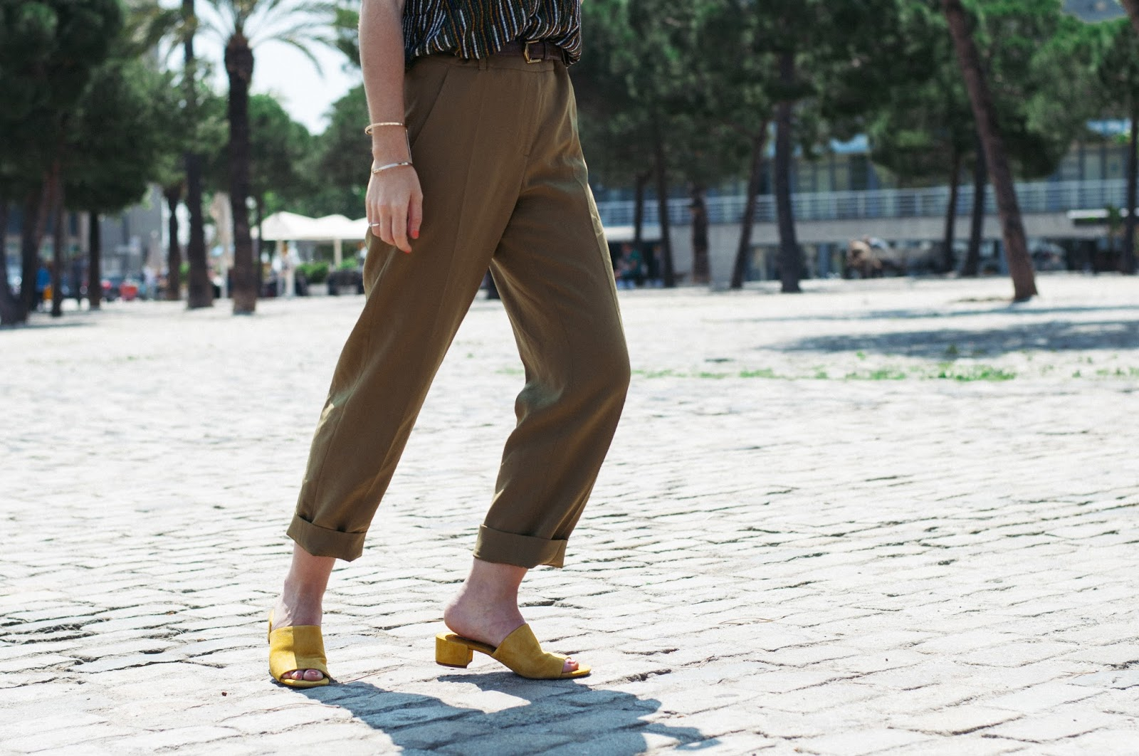 Pantalones & other stories, top H&M, sandalias Mango
