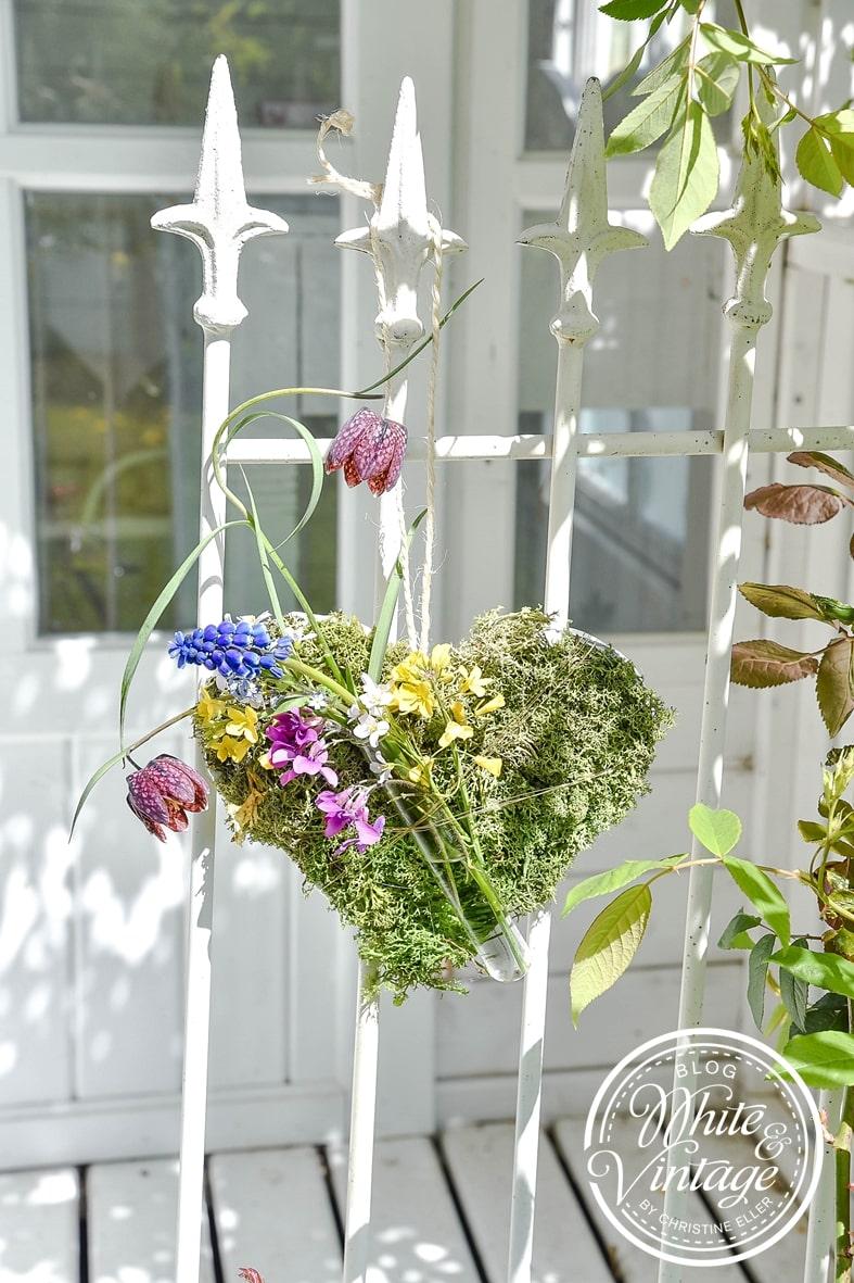DIY-Gartendeko Herz aus Knetmasse, Moos und Blumen