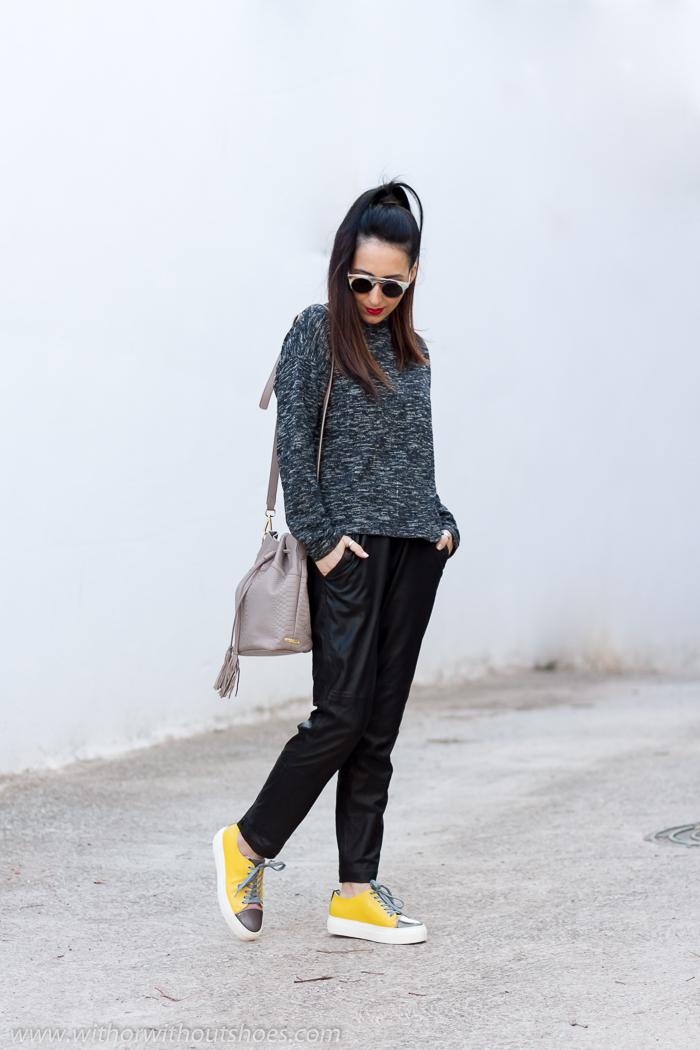 Blogger influencer de moda valenciana con outfit comodo con pantalones de piel y deportivas AGL