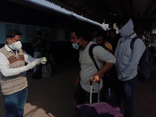 जौनपुर : मुंबई से आयी गाजीपुर एक्सप्रेस, यात्रियों की जांच शुरू