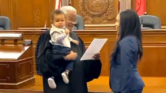 juiz bebe colo juramento advogada direito