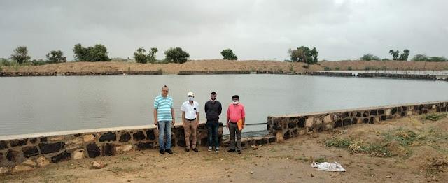 बाड़मेर जिले में बने फार्म पौंड का अवलोकन करते कृषि अधिकारी