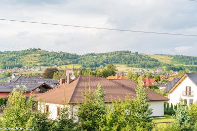 Ul. Polna w Jeżowie Sudeckim, po prawej na cel - Góra Szybowcowa, po lewej - Szybowisko