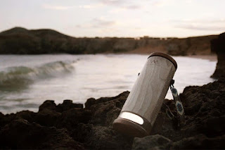 WaterLight η φορητή λάμπα που χρησιμοποιεί αλμυρό νερό για επαναφόρτιση