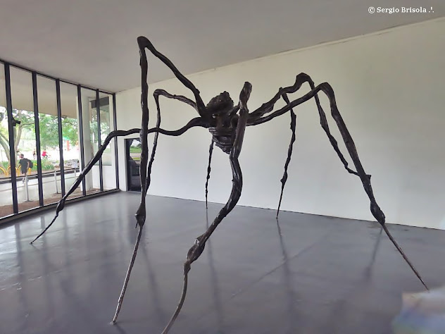 Vista ampla da Escultura Maman (Aranha) - Parque Ibirapuera - São Paulo