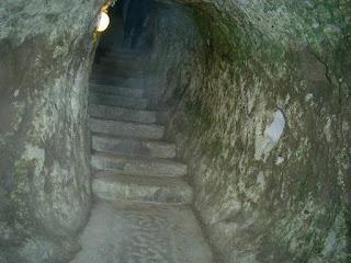 Каппадокия – это уникальное геологическое образование, знаменитое своим необычайно интересным ландшафтом, огромным количеством пещерных храмов, келий, склепов и монастырей, история которых тянется со времен раннего христианства, и подземных городов, созданных в I тыс. до нашей эры. Эта богатая на культурное наследие местность находится в регионе Центральная Анатолия в Турции. Территория Каппадокии охватывает провинции Невшехир, Нигде, Аксарай, Кырсехир и Кайсери. Национальный парк Гёреме, расположившийся в центральной части Каппадокии, вместе с каппадокийскими пещерными поселениями входит в список Всемирного культурного и природного наследия ЮНЕСКО. Самыми известными подземными городами являются Каймакли и Деринкую, обнаруженные археологами в 1960 году. Много тысячелетий вода и ветер вырезали из вулканического туфа дивные природные каньоны, столбы, башни и пирамиды. Удивительной является не только фантастическая природа местности, но и культурное наслоение римлян, хеттов и десятков других народов, которые оставили свой след на этой земле.