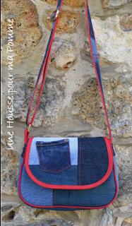 """Sac Besace en jeans recyclés monté façon patchwork, intérieur coton étoiles rouges, passepoil (fait-maison) rouge vif, deux poches en soufflet devant, biais rouge sur le rabat, entièrement doublé pour le rendre semi-rigide, anse coton rouge surpiqué avec des morceaux de jeans, boucles couleur laiton. Dimensions : 24 x 18 x 7 cm environ.  Les jeans portés recyclés parfois délavés par le temps apportent cette """"petite chose en plus"""" à cette pièce unique"""