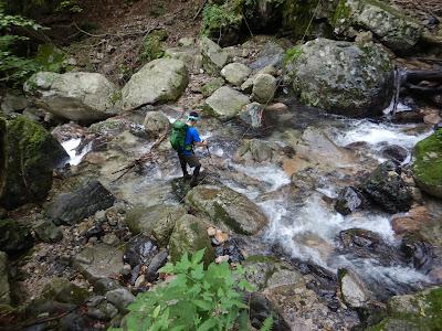 夫婦滝から坊村登山口へ。少し増水してるので慎重に。。。