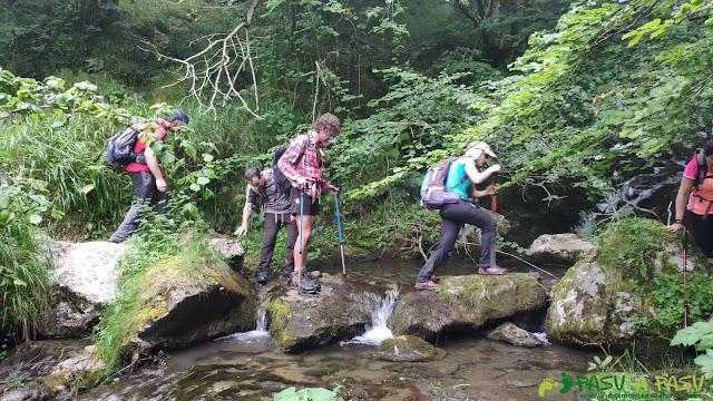 Por la Foz de Enol, cruzando el Río Vallizón