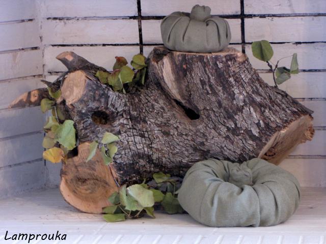 Φθινοπωρινή διακόσμηση στο εσωτερικό του τζακιού με κολοκύθες.