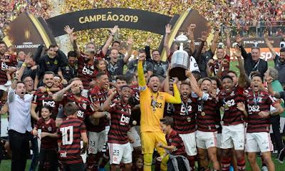 Resultado de imagem para O Flamengo venceu o River Plate de virada, por 2 a 1, conquistou seu segundo título da Libertadores e diminuiu a vantagem da Argentina no número de conquistas do torneio frente ao Brasil. Agora, os argentinos seguem com 25 taças contra 19 dos brasileiros.