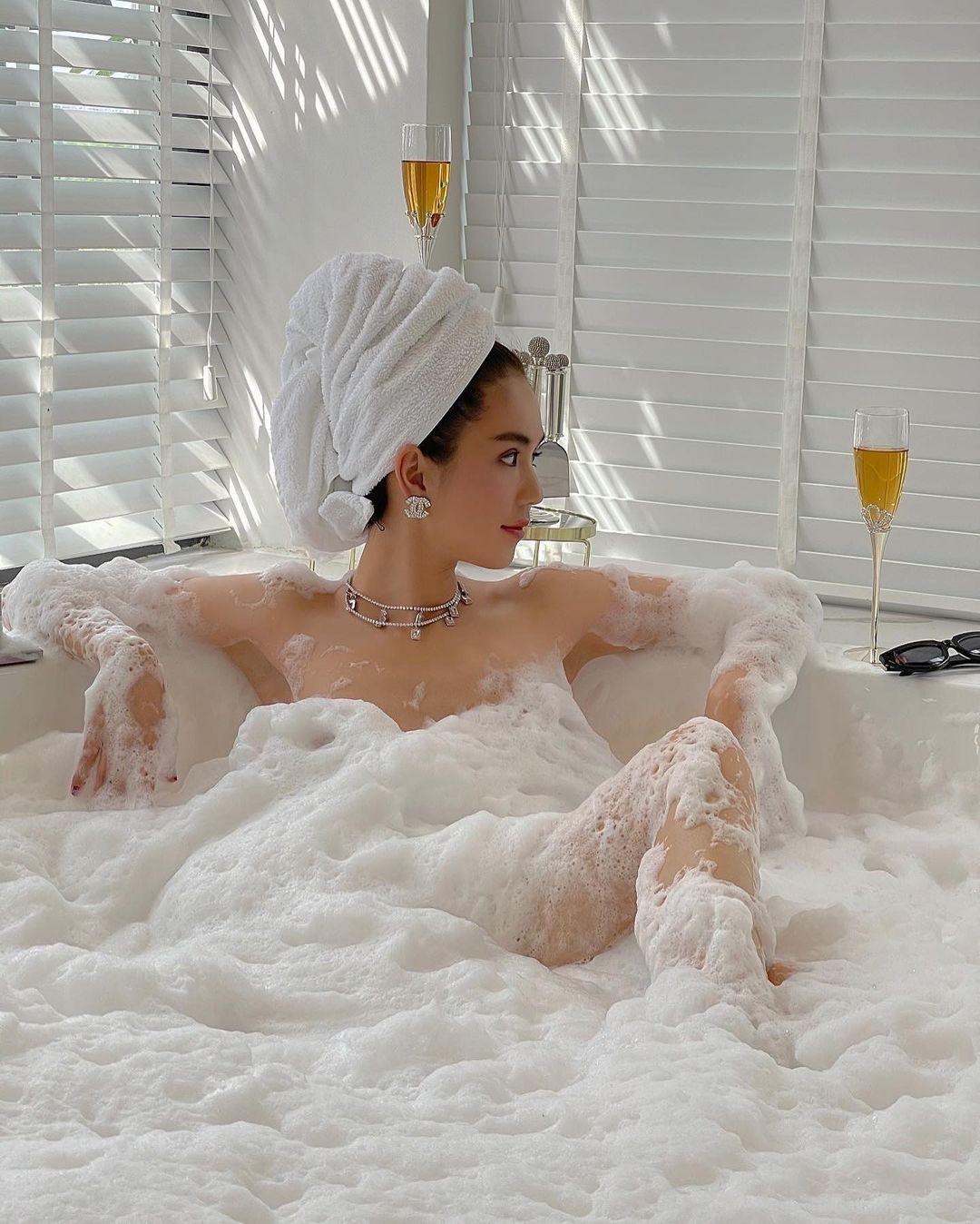 """""""Nữ hoàng nội y"""" khoả thân táo bạo trong bồn tắm bất chấp bị gièm pha, chỉ trích"""