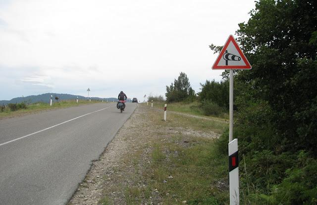 знак боковой ветер на дороге